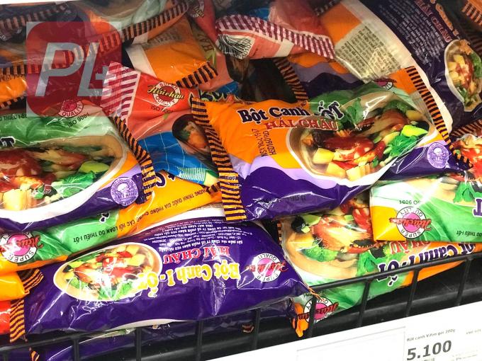 Sản phẩm muối Bột canh I-ốt Hải Châu có mặt trên kệ hàng của một siêu thị tại Hà Nội. Ảnh Thanh Bình