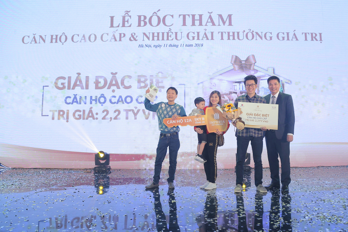 Anh Trần Quang Dũng (phường Phúc Tân, Hoàn Kiếm, Hà Nội) may mắn trúng thưởng 01 căn hộ tại Sky B tầng 12A giá trị hơn 2,2 tỉ đồng.