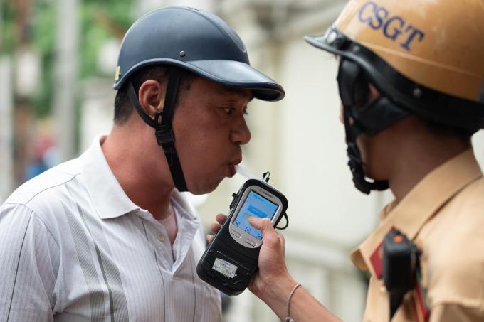 Công an TP Hà Nội tổ chức kế hoạch kiểm tra nồng độ cồn của người tham gia giao thông. Ảnh Nguyễn Quyết Thắng.