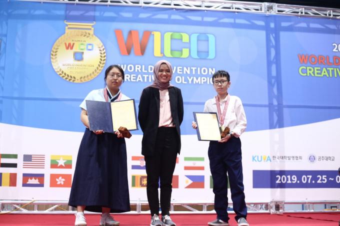 đội Vật Lý nhận giải từ Hiệp hội KH trẻ Indonexia tại WICO 2019 Seoul HQ