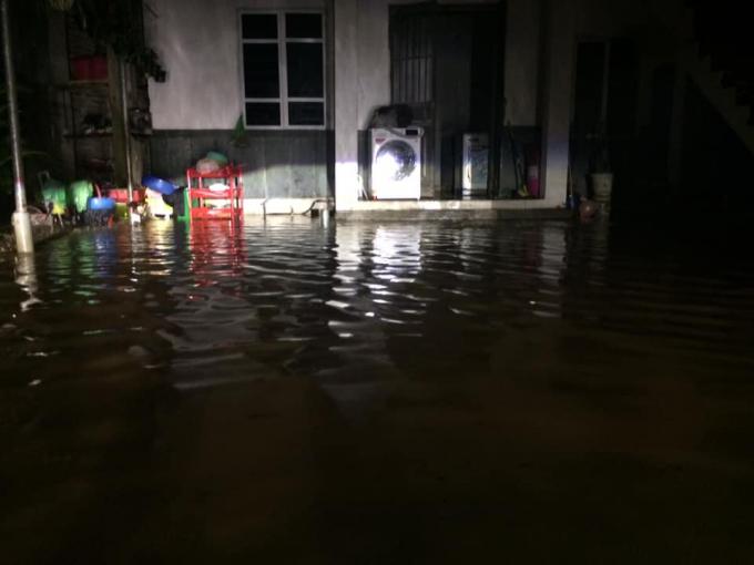 Khu vực gần bến xe đã mất điện, tình trạng này sẽ diễn ra đến khi nào trời dứt mưa.