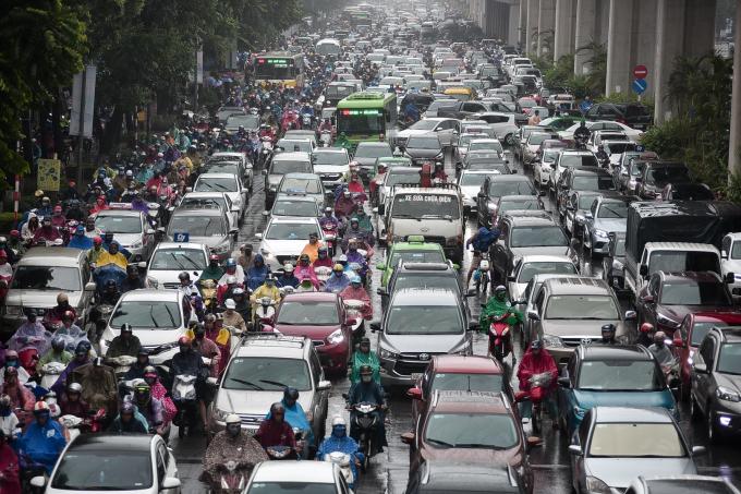 Tắc đường vì mưa lớn ở Hà Nội. Ảnh internet