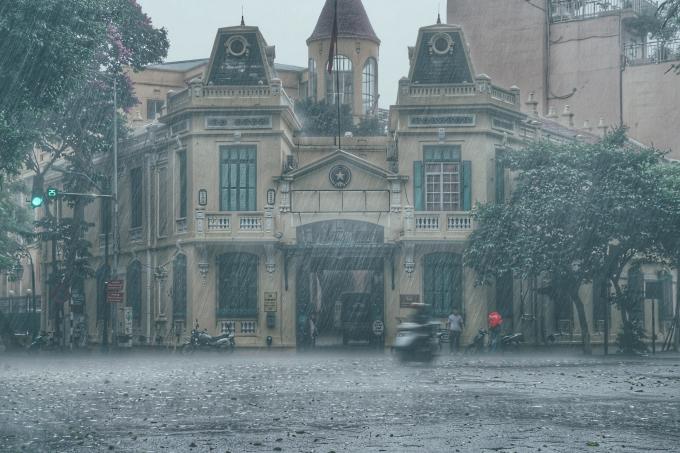 Hà Nội đang mưa to và có giông ngày 10/9. Ảnh Zing.vn