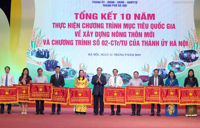 Bi thu HN trao co thi dua cua UBND TP Ha Noi cho cac tap the co thanh tich xuat sac trong phong trao xay dung nonng thon moi