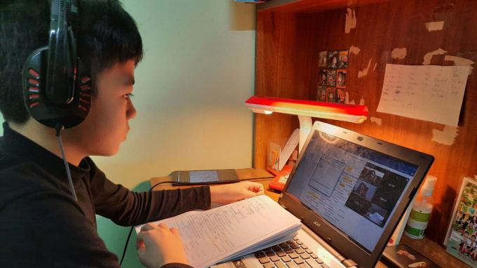 Học sinh Trường THCS Dĩnh Kế học trực tuyến. Ảnh tư liệu.
