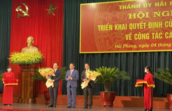 Đồng chí Nguyễn Văn Tùng, Chủ tịch UBND TP tặng hoa chúc mừng các đồng chí Lê Văn Thành và Trần Lưu Quang