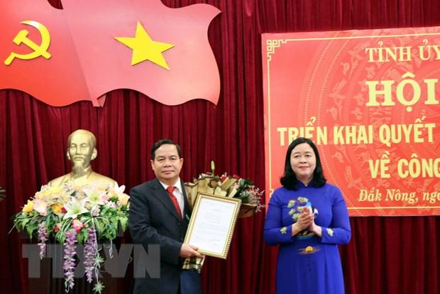 Bà Bùi Thị Minh Hoài, Bí thư Trung ương Đảng, Trưởng Ban Dân vận Trung ương trao quyết định của Bộ Chính trị cho ông Điểu Kré. (Ảnh: Hưng Thịnh/TTXVN)