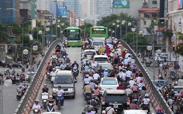 Dòng xe máy, ôtô lưu thông trên đường ở Hà Nội thời điểm trước giãn cách xã hội. Ảnh: Gia Chính