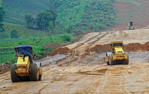 Các dự án thành phần cao tốc Bắc - Nam phía Đông vẫn gặp nhiều khó khăn trong việc tiếp cận nguồn vật liệu từ các mỏ ở địa phương (Trong ảnh: Thi công cao tốc Mai Sơn - QL45). Ảnh: Tạ Hải