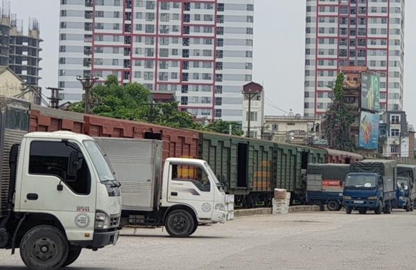 Do đứt gãy chuỗi cung ứng hàng hóa, thị trường tiêu thụ giảm mạnh nên tàu hàng chuyên tuyến Giáp Bát - Sóng Thần giảm đến 50%. Ảnh: Xếp hàng lên tàu tại ga Giáp Bát