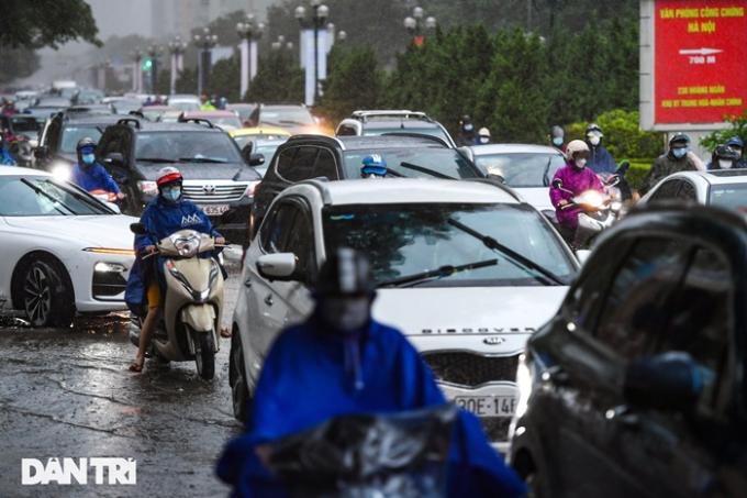Tình trạng tương tự diễn ra trên đường Lê Văn Lương, hướng từ ngã tư Hoàng Đạo Thúy vào trung tâm thành phố.