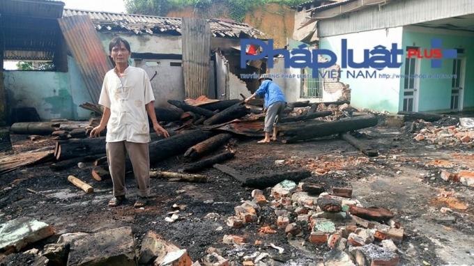 Hiện trường đám cháy chỉ còn lại gạch vụn và tro than đen nhẻm.