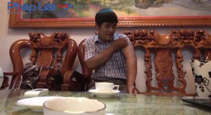 Anh Phạm Văn Bằng đang chỉ tay vào vết thương bị Nguyễn Anh Tuấn đâm ngày 6/8.