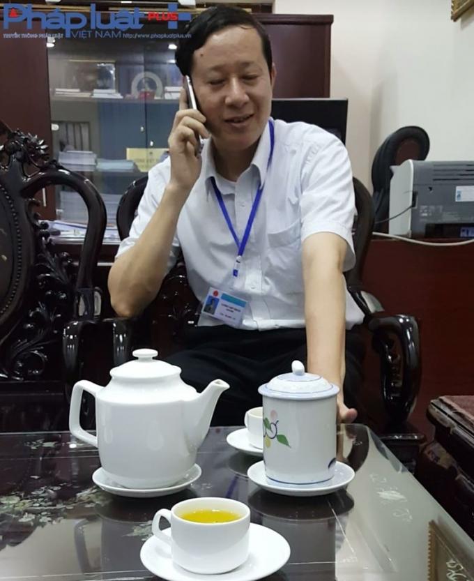 Ông Lương Viết Thuần - Giám đốc Sở Y tế tỉnh Hà Giang đang liên hệ cho phóng viên làm việc với lãnh đạo Bệnh viện đa khoa Hà Giang.