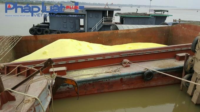 (Nước sông Lô trong khu vực tàu đậu đỗ cũng chuyển màu vàng).