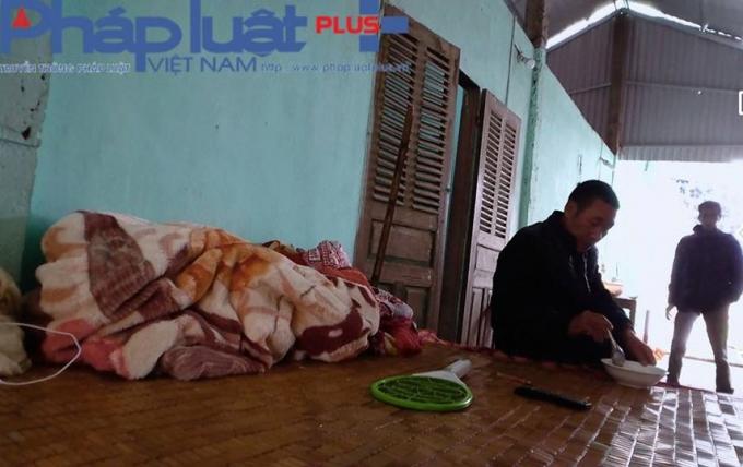 Giường cho bệnh nhân cũng dùng để ăn, ngủ ngay tại chỗ. (Ảnh Tiến Vũ)
