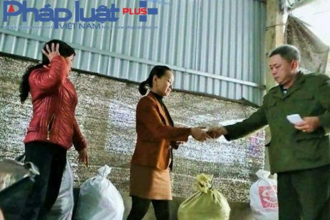 Bà Nguyễn Thị Xuyến thoăn thoắt kê đơn, bốc thuốc và thu tiền từ những nạn nhân.