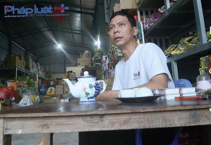 Ông Vũ Ngọc Cường - Tổ 15 phường Nông Tiến nhà đối diện bãi tập kết rác (Ảnh: Tiến Vũ)