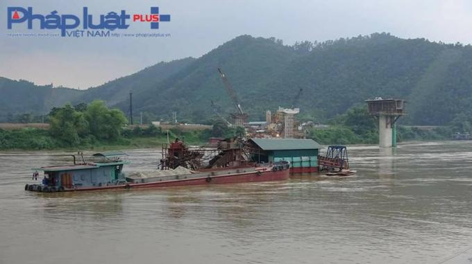 Hơn 100 m3cát đã được khai thác hoàn thiện trên khoang tầu (Ảnh: Tiến Vũ)