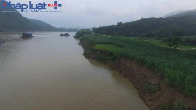 Hàng trăm mét chạy dài theo bờ sông , đoạn thuộc thôn Mãn Sơn bị sạt lở nghiêm trọng (Ảnh: Tiến vũ)