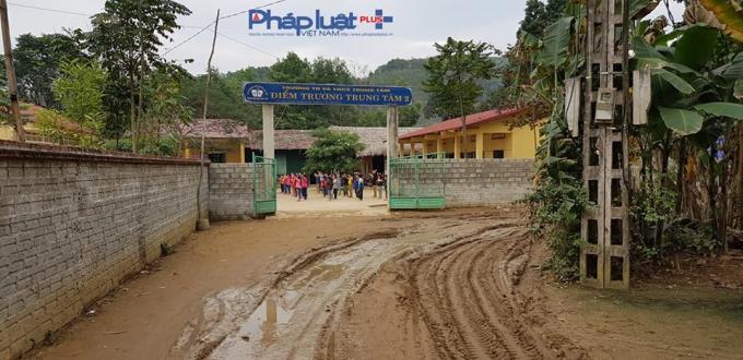 Vết xe tải nặng lún sâu khiến mặt đường vào trường học lầy lội.