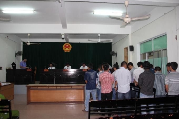 Các bị cáo tại phiên tòa sơ thẩm lại ngày 25/8