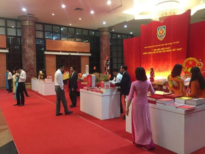 Dòng người bắt đầu đổ vềHội trường Bộ Quốc phòng, số 7 Nguyễn Tri Phương, Ba Đình, Hà Nội