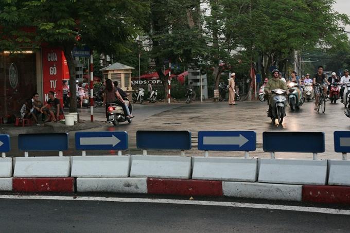 Trong khi cảnh sát giao thông mải điều tiết, vẫn có người dân