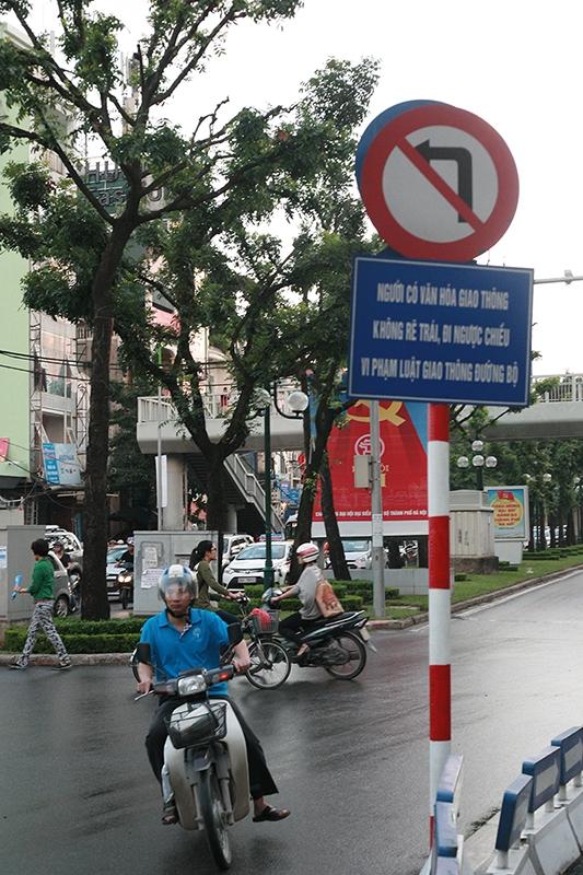 Tấm biển cảnh báo rất to trên phố Giảng Võ nói về