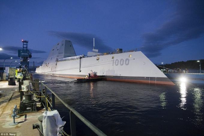 Tàu khu trục USS Zumwalt, có giá 4,4 tỷ USD, đã được Hải quân Mỹ đưa ra biển chạy thử nghiệm