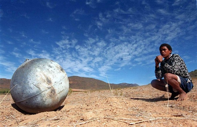 Theo các tài liệu về vũ trụ, những quả cầu bí ẩn rơi xuống từ không trung đã được tìm thấy tại nhiều nơi ở Mỹ, Australia, châu Phi và Trung Mỹ trong hơn hai thập kỷ qua.