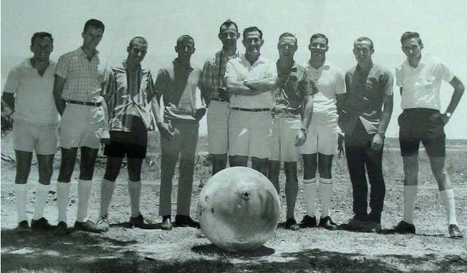 Một nhóm các nhà khoa học Australia chụp ảnh bên cạnh một Space Balls rơi xuống nước này năm 1968.