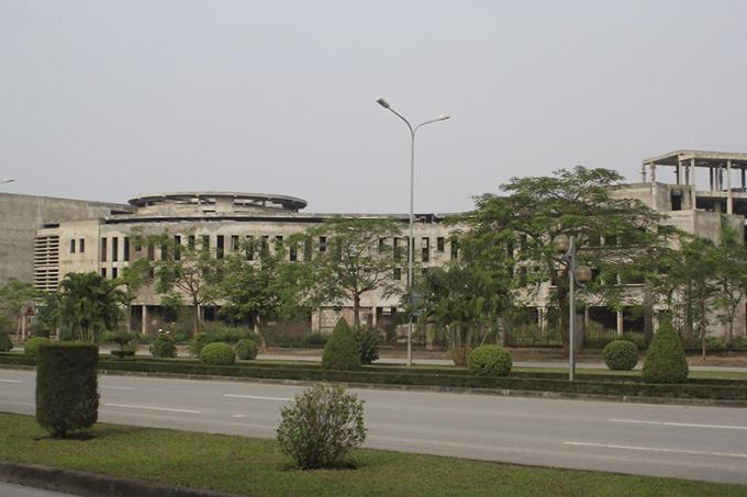 Hải Phòng: Trường học trăm tỷ làm nửa chừng để cỏ hoang xông kín