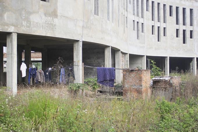 Tuy nhiên, từ đầu năm 2013 đến nay, nguồn thu ngân sách của thành phố tụt giảm, dự án không được cấp kinh phí, công trình trường học vì thế án binh bất động, các hạng mục đã xây xong đành để đấy, vật liệu xây dựng nằm ngổn ngang...