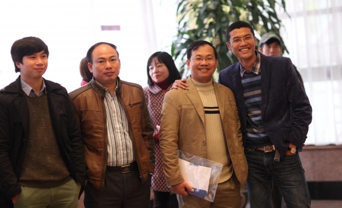 Nhà báo Hà Ánh Bình (ngoài cùng bên phải) và các cộng tác viên.