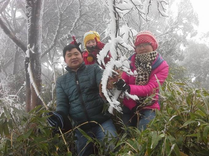 Nhiều người tỏ ra thích thú với băng tuyết tại núi Phia Oắc.