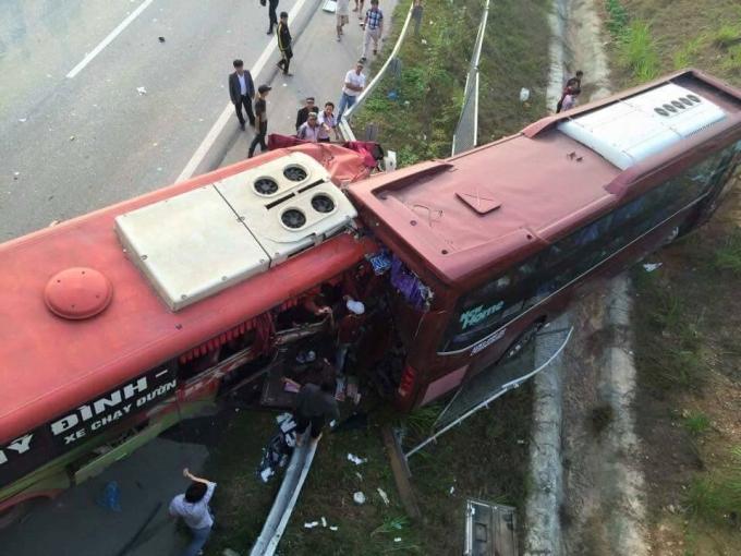 Hiện trường vụ tai nạn khiến hàng chục người thương vong.