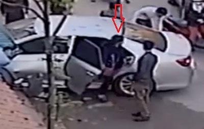 Hình ảnh từ camera do người dân cung cấp cho thấy cô gái tên Phương Anh bước ra từ ghế sau của xe ô tô (Ảnh cắt từ clip).
