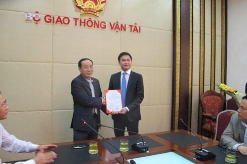 Thứ trưởng Nguyễn Hồng Trường trao quyết định bổ nhiệm cho ông Nguyễn Xuân Ảnh.