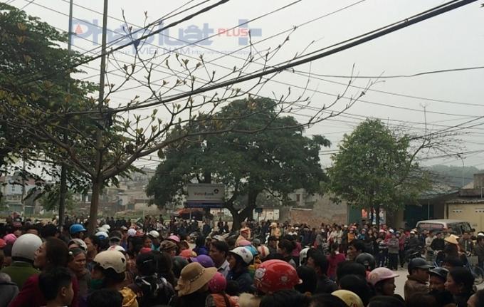 Hàng trăm người dân đã tụ tập trước trụ sở Công an phường Trường Sơn yêu cầu làm rõ vụ kẻ lạ mặt nổ súng hành hung gia đình bà Văn Thị Thắng (Ảnh Anh Thắng).