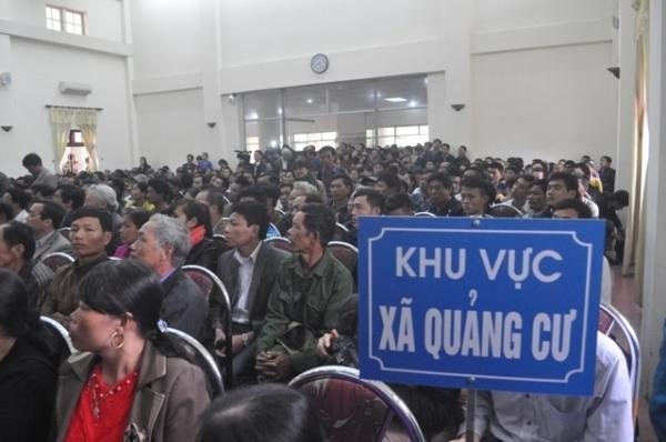 Ngư dân Sầm Sơn đề đạt nguyện vọng với Bí thư Tỉnh ủy Thanh Hóa.