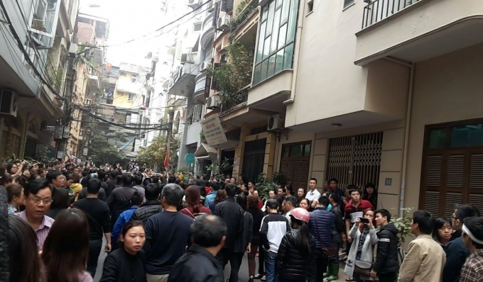 Ngõ vào nhà Trần Lập tại phố Linh Lang gần như tắc cứng.