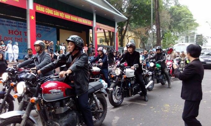 Đoàn xe phân khối lớn dẫn đầu đã xuất từ nhà tang lễ Bộ Quốc Phòng, Trần Thánh Tông, Hà Nội.