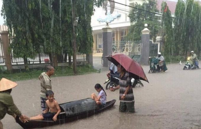 Nhiều người đi xe máy phải dắt bộ qua vùng nước ngập lụt. (Ảnh người dân cung cấp)