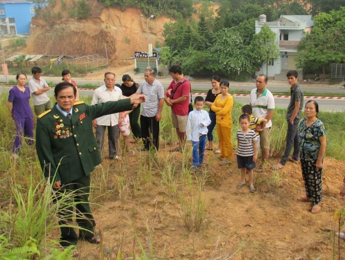 Ông Sầm Đăng Linh trên khu đất mà ông đã khai hoang, sinh sống gần 30 năm.