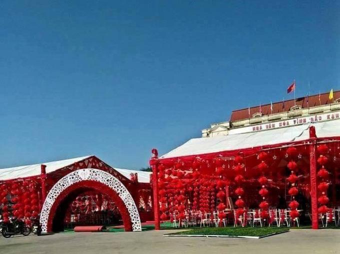 Đám cưới được tổ chức tại sân nhà Văn hóa tỉnh Bắc Kạn.