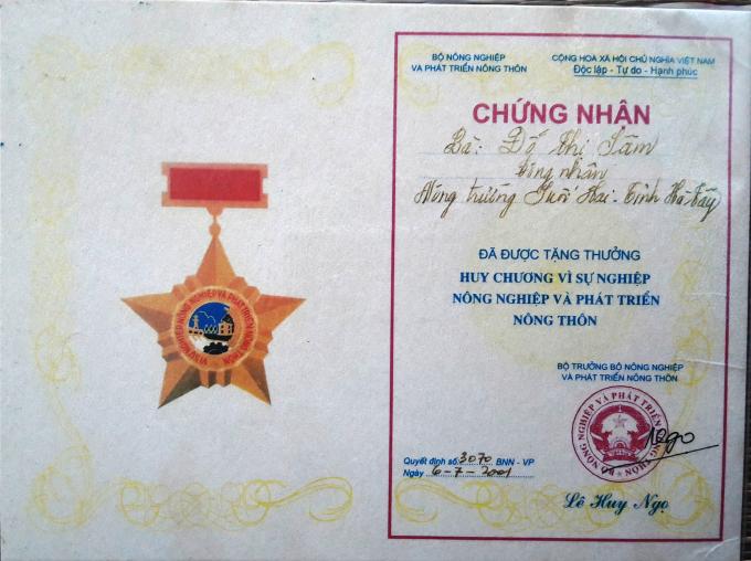 Do có nhiều cống hiến cho nông trường nên bà Sâm đã được tặng thưởng Huy chương vì sự nghiệp nông nghiệp và phát triển nông thôn.