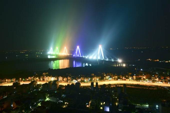 Cầu Nhật Tân rực rỡ trong đêm (Ảnh: Lê Hiếu).