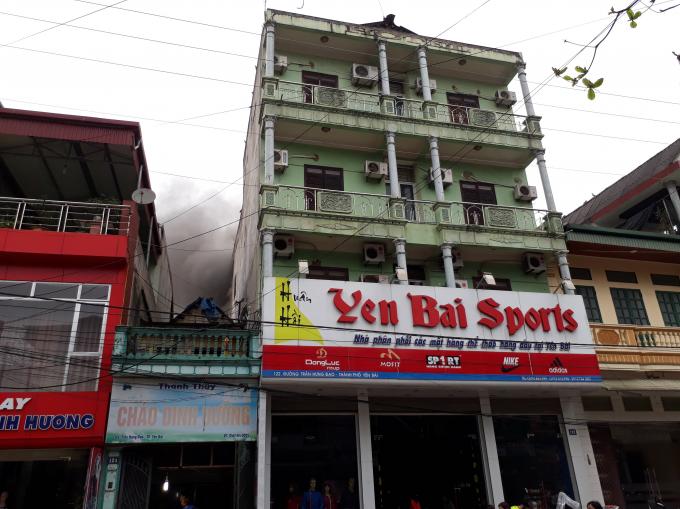 Cháy lớn tại Khách sạn Thể thao Yên Bái, khói đen kịt