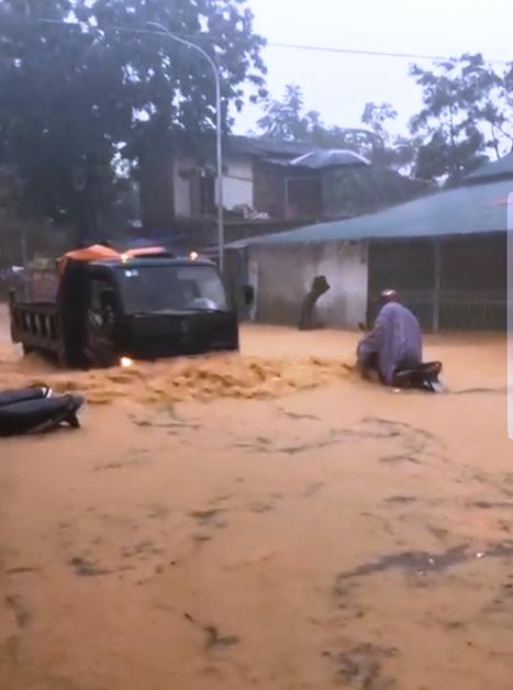 """Cao Bằng: Mưa lớn gây ngập úng, nhiều ô tô """"lội"""" bì bõm trong nước"""